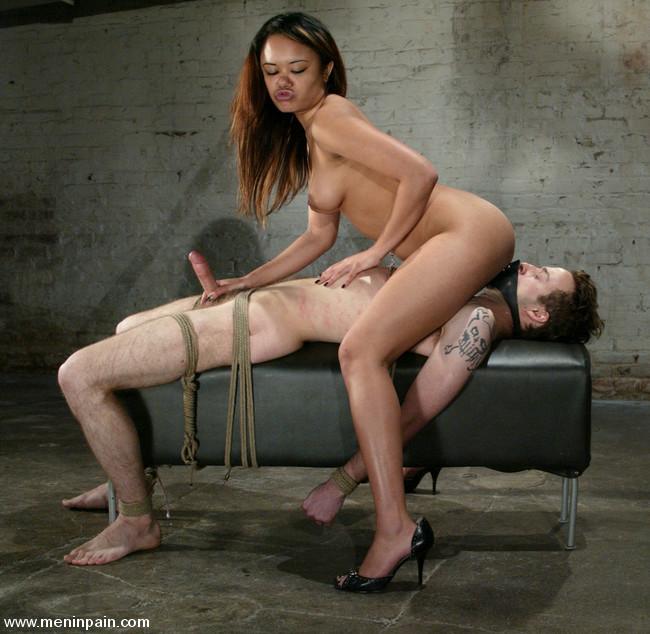 порно привязала парня к стулу и присела на член